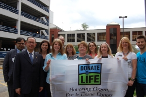 Erlanger Health System President and CEO, Kevin M. Spiegel, FACHE, members of Erlanger's transplant team, organ donors' family members, transplant recipients and representatives from Donate Life and Tennessee Donor Services pause for a group photo after the ceremony.