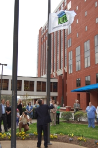 Erlanger Health System President and CEO, Kevin M. Spiegel, FACHE, raises the Donate Life flag at the Baroness Campus in honor of organ donors and transplant recipients.